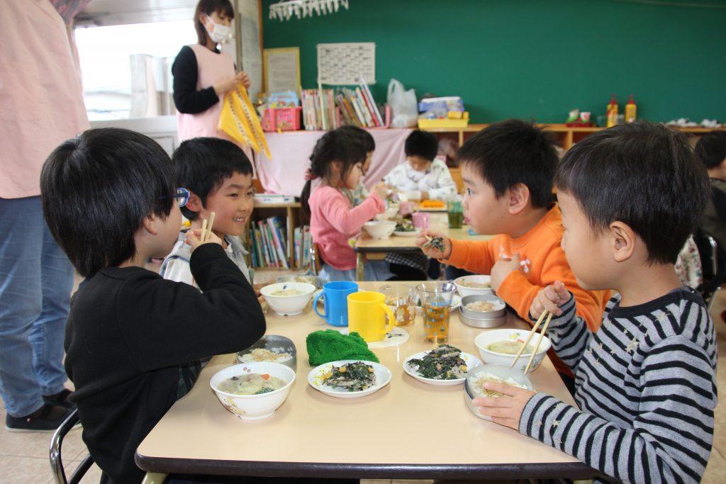 12月19日食育の日「はくさいの豆乳シチュー」給食を実施しました。